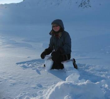 Sanja Forsström fra Norsk Polarinstituttunder feltarbeid på Svalbard. (Foto: Christina Alsvik Pedersen/Norsk Polarinstitutt)