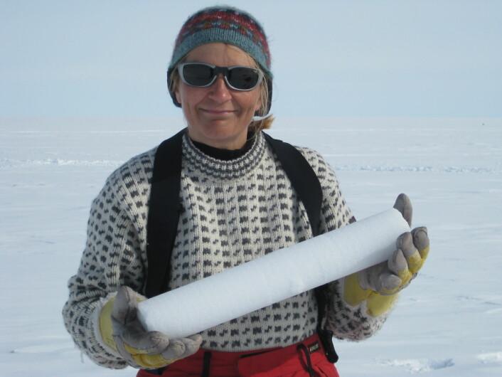 Glasiolog Elisabeth Isaksson fra Norsk Polarinstitutt med en iskjerne.