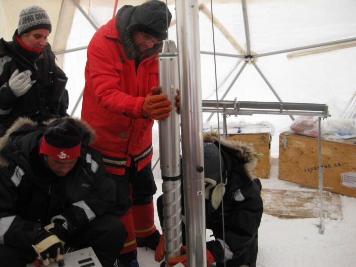 De miljøskadelige stoffene som forskerne fant i iskjernene er mer motstandsdyktige enn beregnet, og de er å finne i atmosfæren i nordområdene.