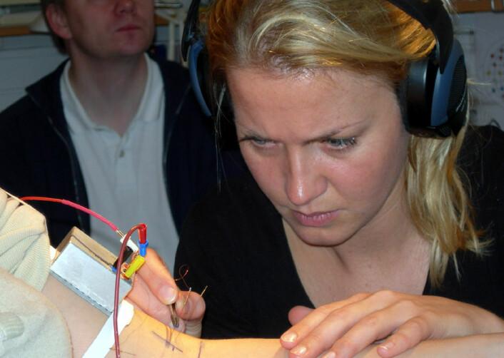 Sahlegrenska Akademin er verdensledende innen mikronevrografi, en metode som krever stor nøyaktighet. Doktorgradsstipendiat Line Löken i arbeid med å avdekke CT-nervene.(Foto: Sahlgrenska Akademin)