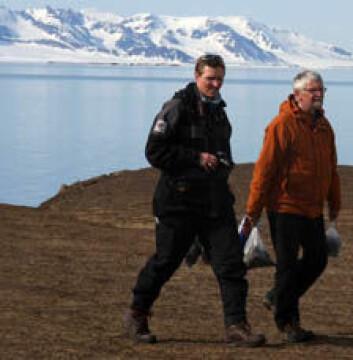 NGU-forskerne Rolf Tore Ottesen (t.h.) og Morten Jartun på Prins Karls Forland utenfor vestkysten av Spitsbergen sist sommer.
