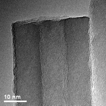 Et hult nanorør av sinkoksyd fotografert med elektronmikroskop (Foto: Song Jin)