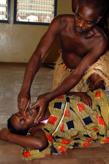 Dans- og dramagruppen ved University of Ghana har med økonomisk støtte fra et NUFU-prosjekt som Universitetet i Bergen deltar i, satt opp en forestilling om hiv og risikoatferd. Gjennom muntlig fortelling og tradisjonell dans tar de opp tema som gir særlig de unge forståelse på en ny måte. Gruppa reiser rundt i landlige områder i Ghana. (Foto: Elin Folgerø Styve)