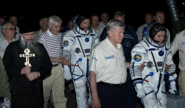 """""""Kosmonauten Fyodor Yurchikhin blir eskortert til en Soyuz-rakett før han skal skytes ut i rommet fra Kazakhstan i juni 2010. Foto: NASA)"""""""