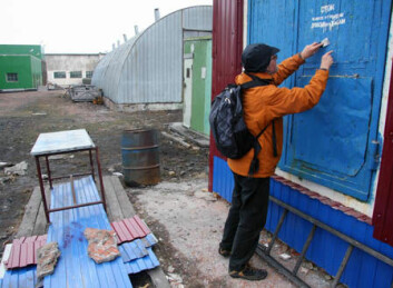 Rolf Tore Ottesen tar prøver av maling på flyplassen i den russiske bosetningen Barentsburg.
