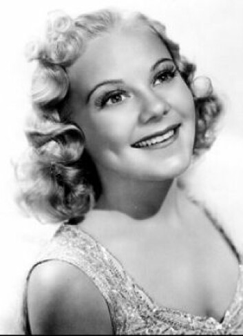 Sonia Henie spilte inn flere filmer i Hollywood. Hun var stiv foran kameraet, men det hjalp at hun var søt og hadde to store smilehull, ifølge Store norske leksikon.
