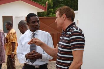 Professor Knud Knudsen i samtale med Charles Dzradosi, som er leder i Unicef i Accra. De var begge med på et seminar om hiv/aids på området til University of Ghana. (Foto: Elin Folgerø Styve)