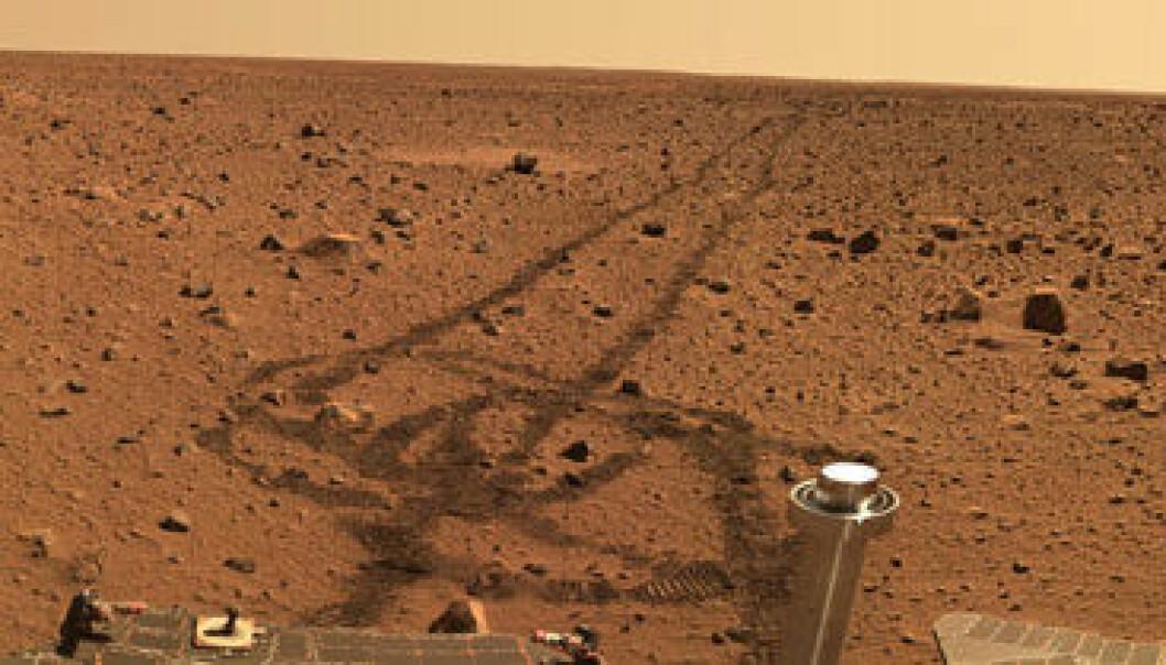"""""""Spirit har satt sine spor i den røde sanden på Mars. (Foto: NASA/JPL)"""""""
