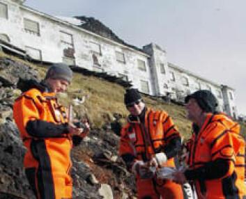 Forskerne tar jordprøver fra strandsonen i Grumant mellom Barentsburg og Longyearbyen.