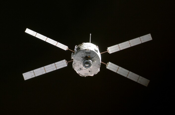 """""""Den ESA-produserte ATVen Jules Verne da den besøkte den internasjonale romstasjonen i 2008. (Foto: NASA)"""""""