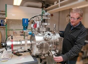 Med den nye teknologien til professor Truls Norby kan naturgassen omdannes til flytende drivstoff i et lite anlegg på oljeplattformen. (Foto: Yngve Vogt)