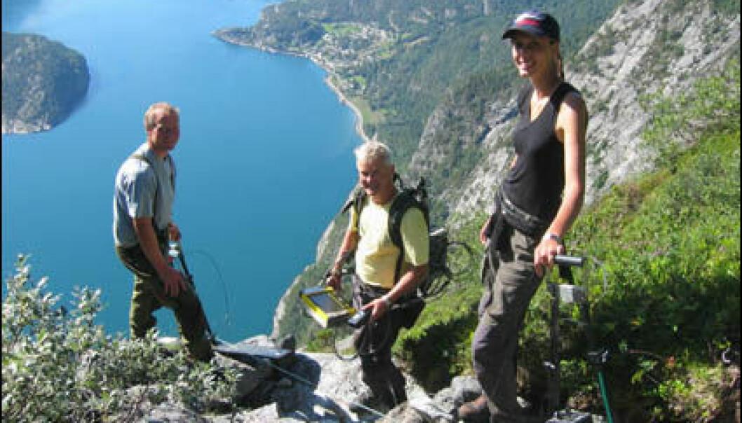 """""""Einar Dalsegg ved NGU (i midten), Stian Græsdal fra Stranda kommune og geologistudent Elisabeth Holsbrekken ved stupet ned mot Tafjorden."""""""