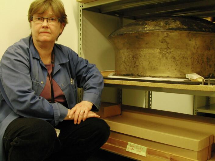 """""""Bronsekjelen er den nest største av sitt slag funnet her i landet, og står lagret i magasinet i kjelleren under Arkeologisk museum i Stavanger. (Foto: Bjørnar Kjensli)"""""""