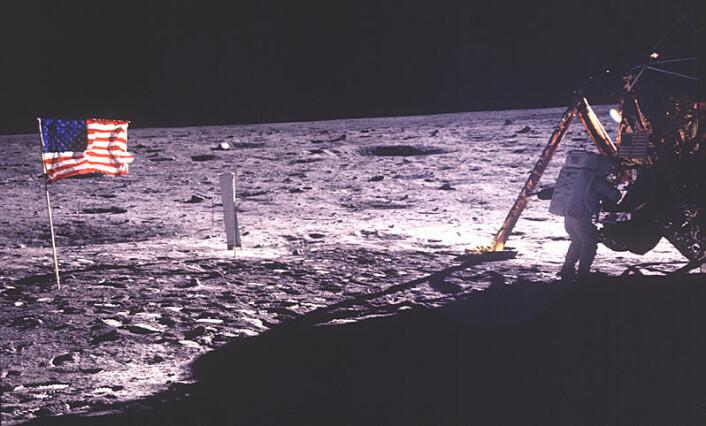 """""""Neil Armstrong idet han returnerer til landingsmodulen med stein- og jordprøver fra måneoverflaten. Bildet er tatt av Buzz Aldrin. (Foto: NASA)"""""""