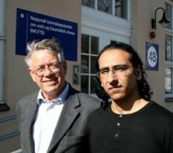 Lars Weisæth og Ajmal Hussain forsker på de psykiske langtidseffektene av tsunamien i 2004. (Foto: Elin Fugelsnes)