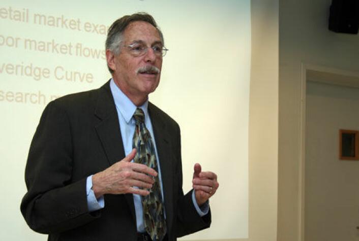 Årets nobelprisvinner i økonomi, amerikanske Peter A. Diamond, lærer seg pensjonsystemer som andre lærer seg språk. Han deler prisen med to kollegaer for arbeid med den såkalte søketeorien i økonomifaget. (Foto: Asle Rønning)