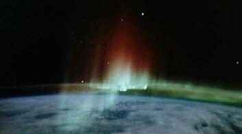 Sørlys sett fra rommet. Når det stormer på sola, gir den økte solvinden mer nord- og sørlys. Dette kan skape problemer både i rommet og på jorda. (Foto: NASA)