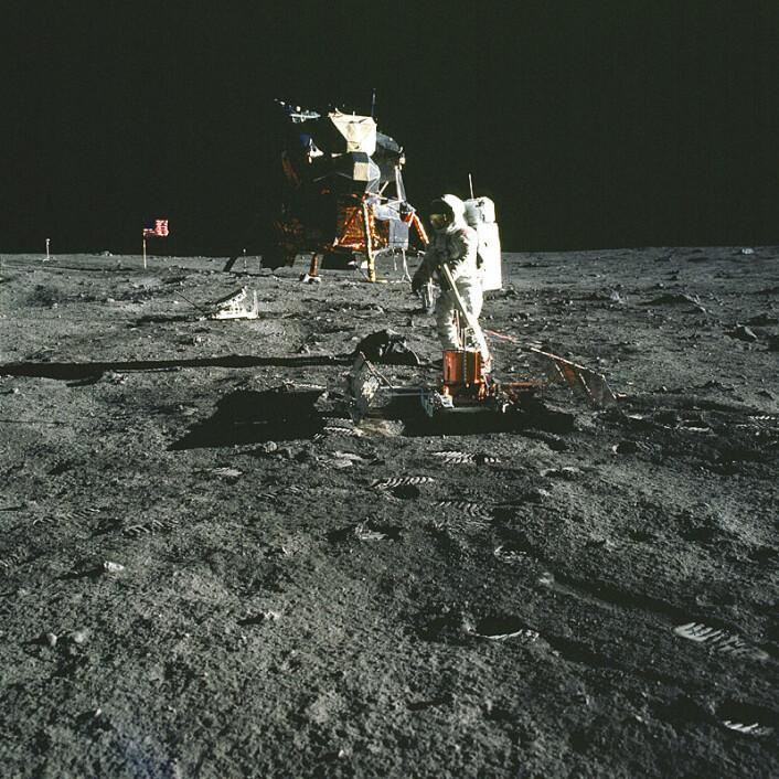 """""""Her setter Buzz Aldrin opp det seismiske måleutstyret. Litt bak han til venstre står laserreflektoren, og i bakgrunnen kan man også skimte det amerikanske flagget og TV- kameraet som ble brukt til direkteoverføringen av månelandingen. (Foto: NASA)"""""""