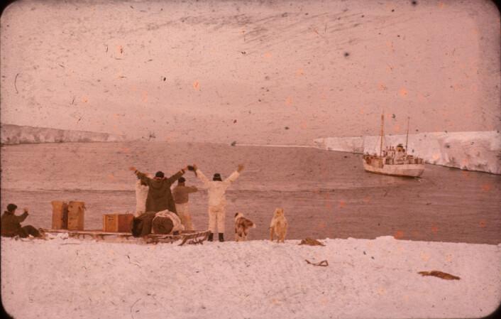 Ekspedisjonsdeltakerne vinker farvel til fraktebåten som skal tilbake til Norge. (Foto: John Snuggerud, Norsk Polarinstitutt)