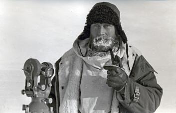 Glasiolog Torbjørn Lunde med snadde og teodolitt (vinkelmåleinstrument) i Dronning Mauds land. (Foto: Sigurd Helle, Norsk Polarinstitutt)