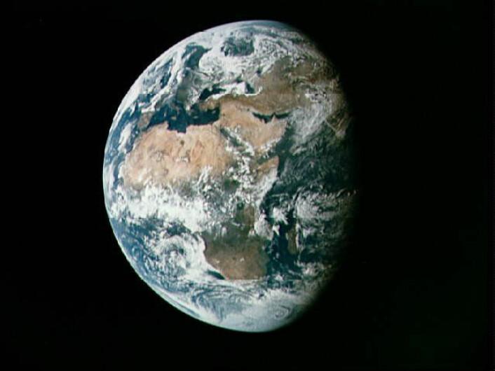 """""""Dette bildet er tatt fra Apollo 11 da de var på vei mot månen. Motivet viser nesten hele Afrika og deler av Europa og Asia og er tatt nesten 100 000 nautiske mil fra jorda. (Foto: NASA)"""""""