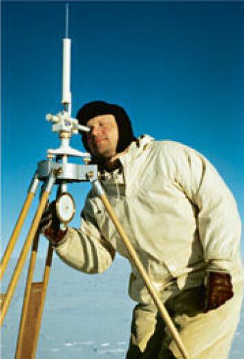 Ekspedisjonsleder Sigurd Helle måler jordmagnetismen. (Foto: John Snuggerud, Norsk Polarinstitutt)