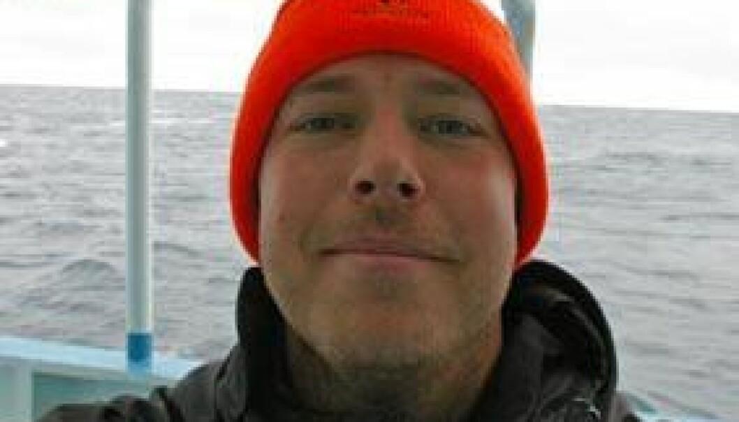 Undertegnede i et fornøyd øyeblikk på åpent hav. Et mine personlige delmål med toktet er å bli furet og værbitt. Så langt er jeg bare ubarbert. (Foto: Bjørnar Kjensli)