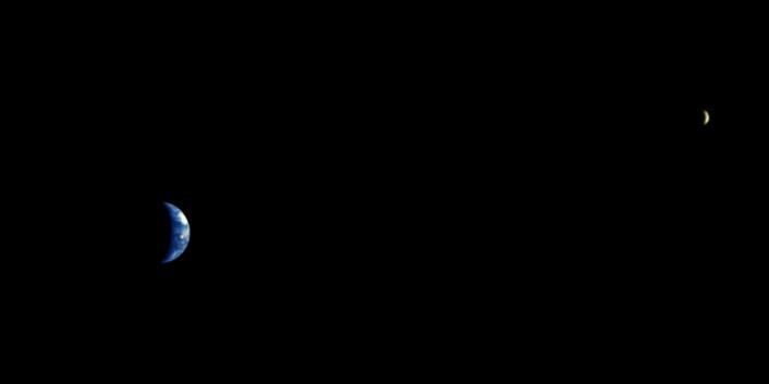 """""""Den europeiske Mars Express tok dette bildet av jorda og månen i 2003. Mars Express hadde med seg overflatefartøyet Beagle 2, og planen var at det skulle kjøre rundt på overflaten og samle data. Uheldigvis mistet man kontakt med Beagle 2 nesten med en gang. (Foto: ESA)"""""""