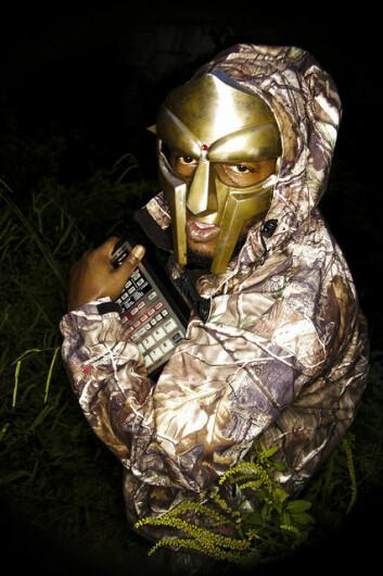 Bildet vises rapperen DOOM (tidligere MF DOOM) med sin trofaste BOSS SP-303 Dr. Sampler. (Foto: TheArches)