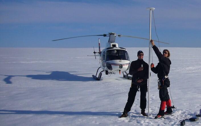 Geir Moholdt forsker på isbreer, og han drar gjerne på fjellet og breen i fritiden også (Foto: Thorben Dunse, som står til høyre på bildet, Moholdt til venstre)