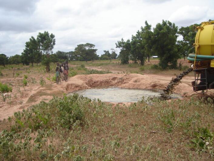 Spredning av avløpsslam på gård i Ghana. (Foto: Razak Seidu)