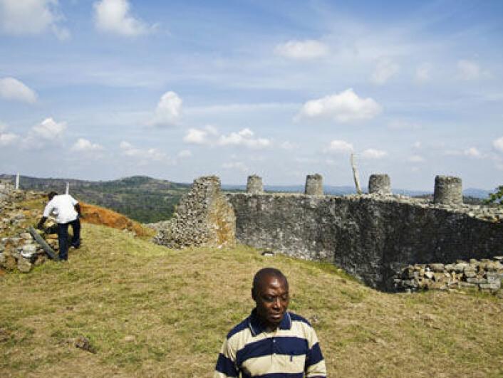 Det høgste punktet i Great Zimbabwe, truleg residens for kongar. Professor Gilbert Pwiti (i forgrunnen) og Seke Katsamudanga reknar med at under 95 prosent av Great Zimbabwe er gravd ut. (Foto:Eivind Senneset)