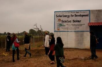 Her sto solcelleanlegget som splittet Gopalpura. Knyttet til dette var en ladestasjon der landsbyboerne kunne komme og lade opp batteridrevet utstyr. (Foto: Trygve Veslum)