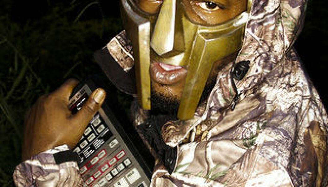Bildet vises rapperen DOOM (tidligere MF DOOM) med sin trofaste BOSS SP-303 Dr. Sample. (Foto: TheArches)