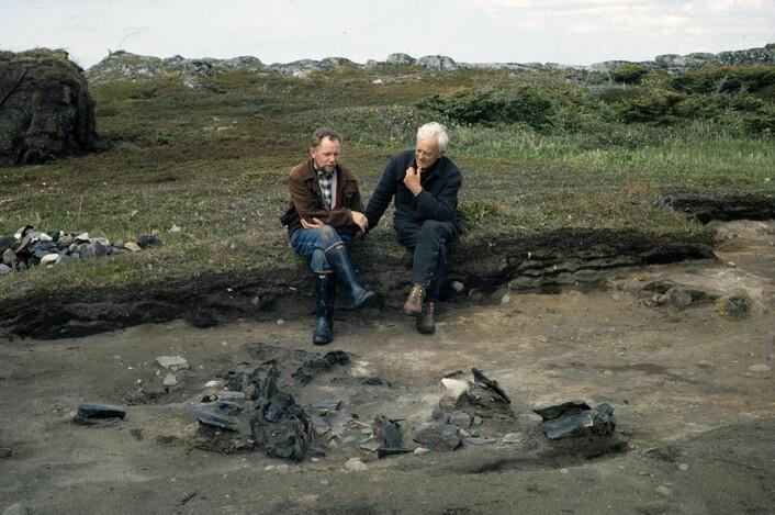 Den islandske arkeologen Kristján Eldjárn og Helge Ingstad ved en tuft i L'Anse aux Meadows, Newfoundland, sommeren 1962. (Foto: Islands Fotomuseum, Islands Nasjonalmuseum)