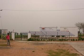 Dette minigridanlegget forsyner Rampura med elektrisitet. Beboerne får strøm rett inn i husene sine. (Foto: Trygve Veslum)
