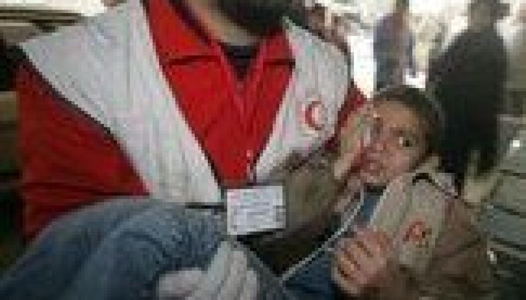 """""""En gutt blir brakt til Shifasykehuset i Gaza by. (Foto: SCANPIX)"""""""
