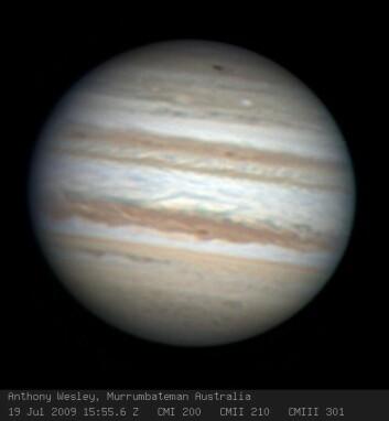 Den australske amatørastronomen Anthony Wesleys oppdagelsesbilde fra 19. juli. Nedslagsområdet er synlig som en mørk flekk i Jupiters sydlige polarområde, nær toppen av bildet (syd er opp og nord er ned på bildet). (Foto: Anthony Wesley)