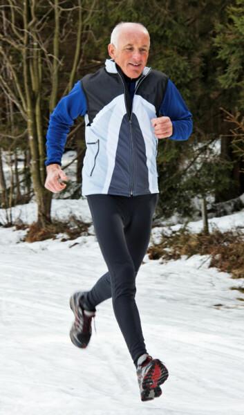 Setter det ekstra fart i forbrenningen av energi hvis man løper i kulde? Eller er det snarere mosjon i bakende sol som kan få kiloene til å forsvinne? (Foto: Colourbox)