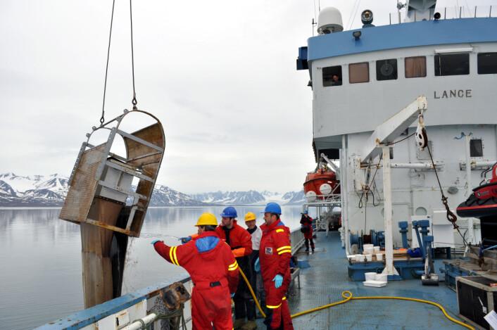 Siste COPOL-tokt med forskningsskipet Lance, Kongsfjorden på Svalbard, juli 2009. Her heves sleden som brukes for å samle prøver av arter på havbunnen opp.
