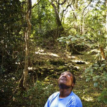 Alec Mutema, høvdingson i det austlege Zimbabwe, står på heilag grunn. Dette er staden for å kommunisere med forfedrane som før budde her. For arkeologane har staden rein vitskapeleg interesse. Men for å få lov til å grave her må dei få lov av høvdingen. (Foto:Eivind Senneset)