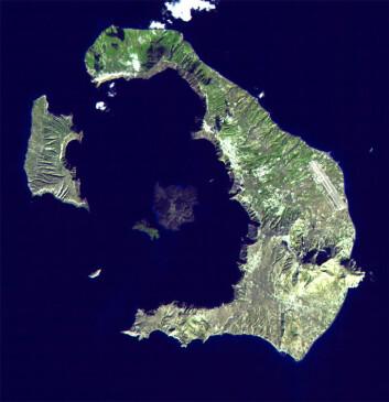 Som man kan ane på satellittfotografiet, danner den greske ferieøya Santorini nærmest en sirkel rundt en mindre øy. Det kunne passe med Platons beskrivelse av et rike som besto av land og vann i runde formasjoner av noenlunde like stor bredde, såkalte konsentriske ringer. (Foto: NASA)
