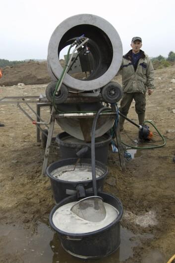 Soldemaskinen blir tatt i bruk ved arkeologiske utgravinger, og sorterer ut små objekter i jorden.