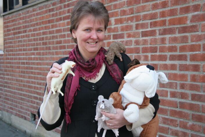 Karina Smith og dyremodellene. (Foto: Lise Ekern)