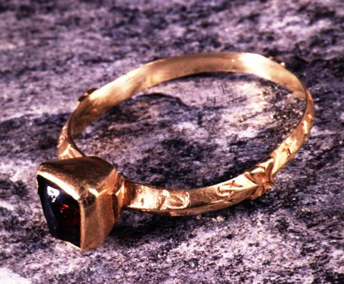Brit Solli fant gullringen fra 1200 i en kirkegårdsmur på Veøya utenfor Molde. Den  har en fransk kjærlighetsinskripsjon langs yttersiden (Foto: Ove Holst ved Oldsaksamlingen/ Kulturhistorisk museum)