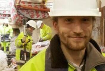 I sit i sin gule arbeidsdress ligner den engelske utgravingslederen Duncan Alexander mest av alt på en anleggsarbeider, men han er vaskeekte arkeolog. (Foto: Sybille Hildebrandt).