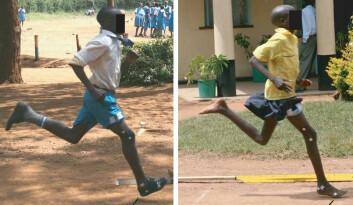 Her ser du hvordan en kenyaner som er vant til å bruke sko  (t.v) lander på hælen først, mens en som vanligvis løper barfot lander med forfoten først i bakken. (Foto: Benton  et. al., Nature)