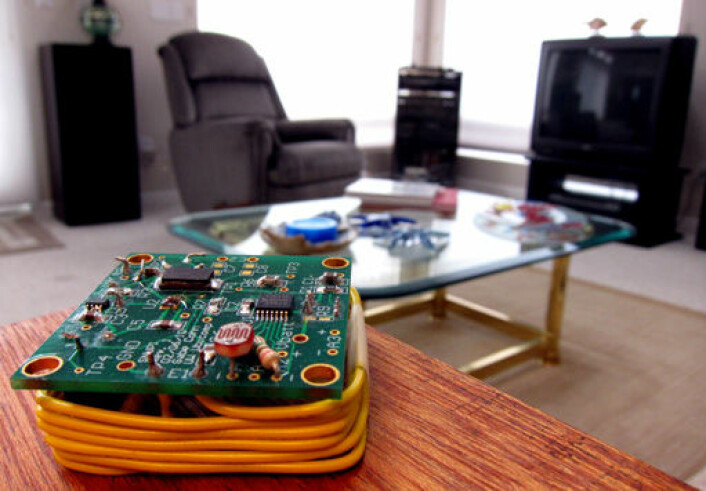 SNUPI er en grunnmodul som gir sensorer i huset utrolig lang batteritid. Ved å gjøre husets ledningsnett til en gigantisk antenne, er SNUPI-en alltid like ved en antenne, og derfor kan den bruke svært lite energi på å sende data. (Foto: Gabe Cohn, University of Washington)