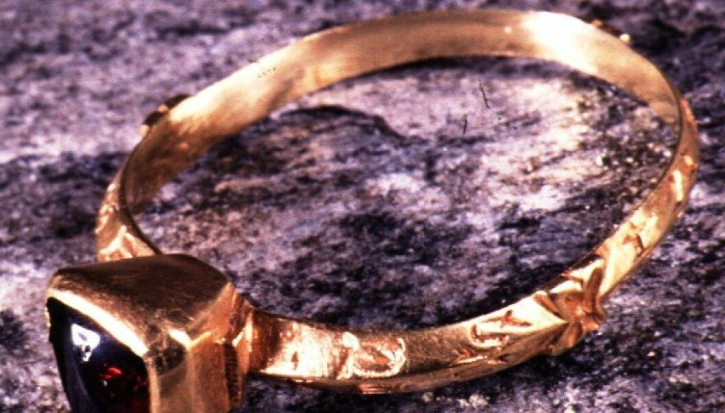 Brit Solli fant gullringen fra 1200 i en kirkegårdsmur på Veøya utenfor Molde. Hvem la den der? (Foto: Ove Holst ved Oldsaksamlingen/ Kulturhistorisk museum)