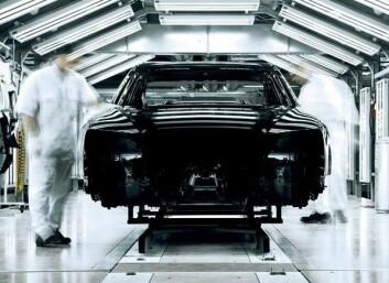 Ein fabrikkhall i Neckarsulm i Tyskland: Både robotar og menneske må til når Audi lagar sin nye lusksusbil, A8. (Foto: Audi AG)